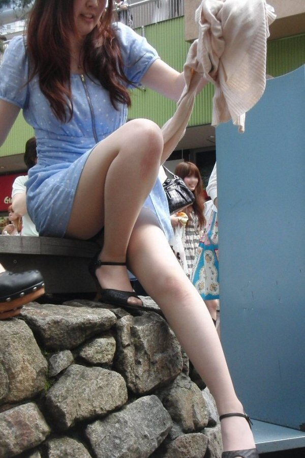 【美脚エロ画像】街中どこでも見られるけど見入っちゃうwフェチ歓喜のミニスカ美脚www 15