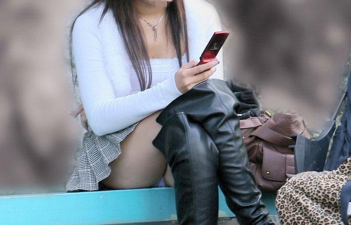 【パンチラエロ画像】短い×腰掛け=見えるって事ですw屋外座りチラ観察www 001