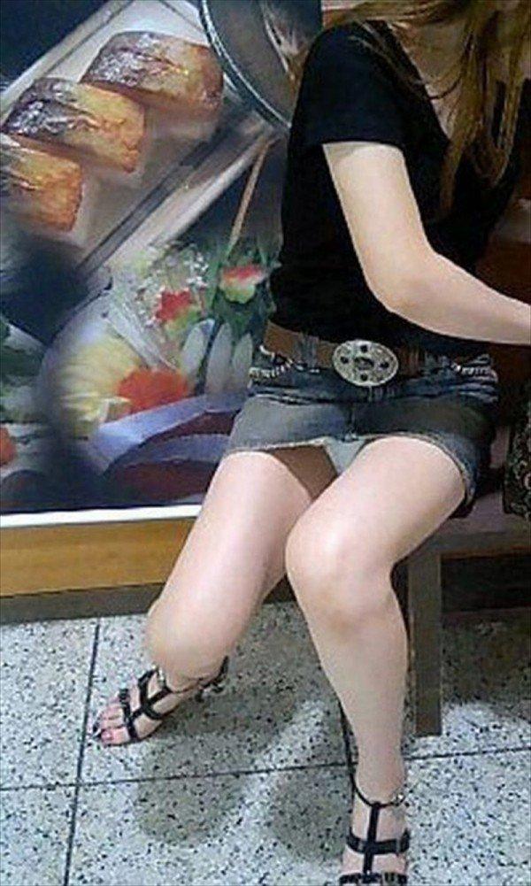 【パンチラエロ画像】短い×腰掛け=見えるって事ですw屋外座りチラ観察www 03