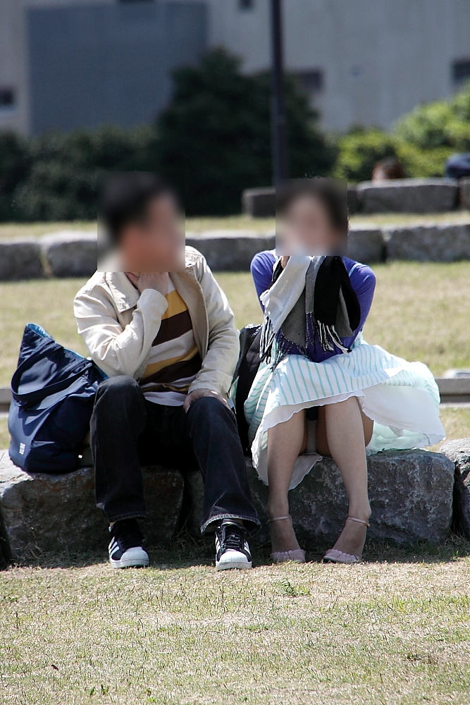 【パンチラエロ画像】短い×腰掛け=見えるって事ですw屋外座りチラ観察www 08