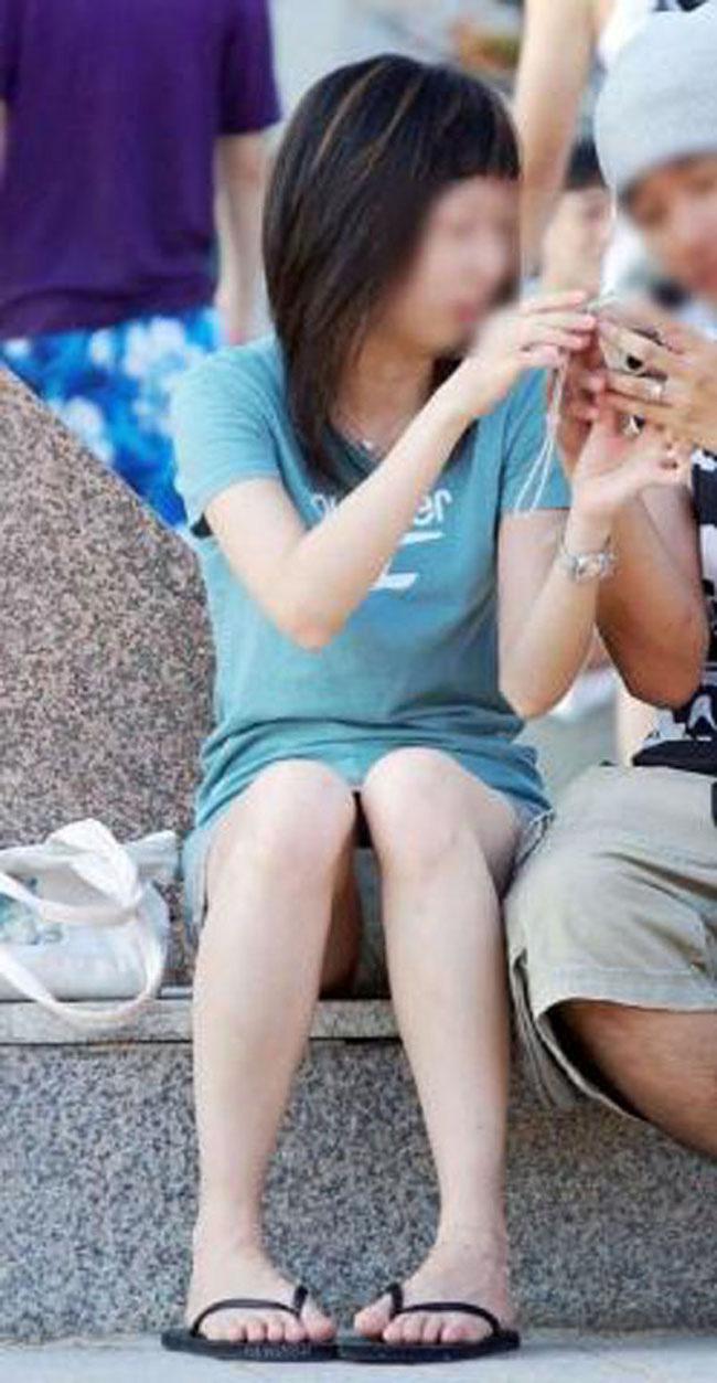【パンチラエロ画像】短い×腰掛け=見えるって事ですw屋外座りチラ観察www 09