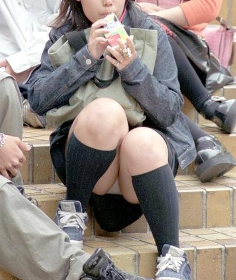 【パンチラエロ画像】短い×腰掛け=見えるって事ですw屋外座りチラ観察www 10