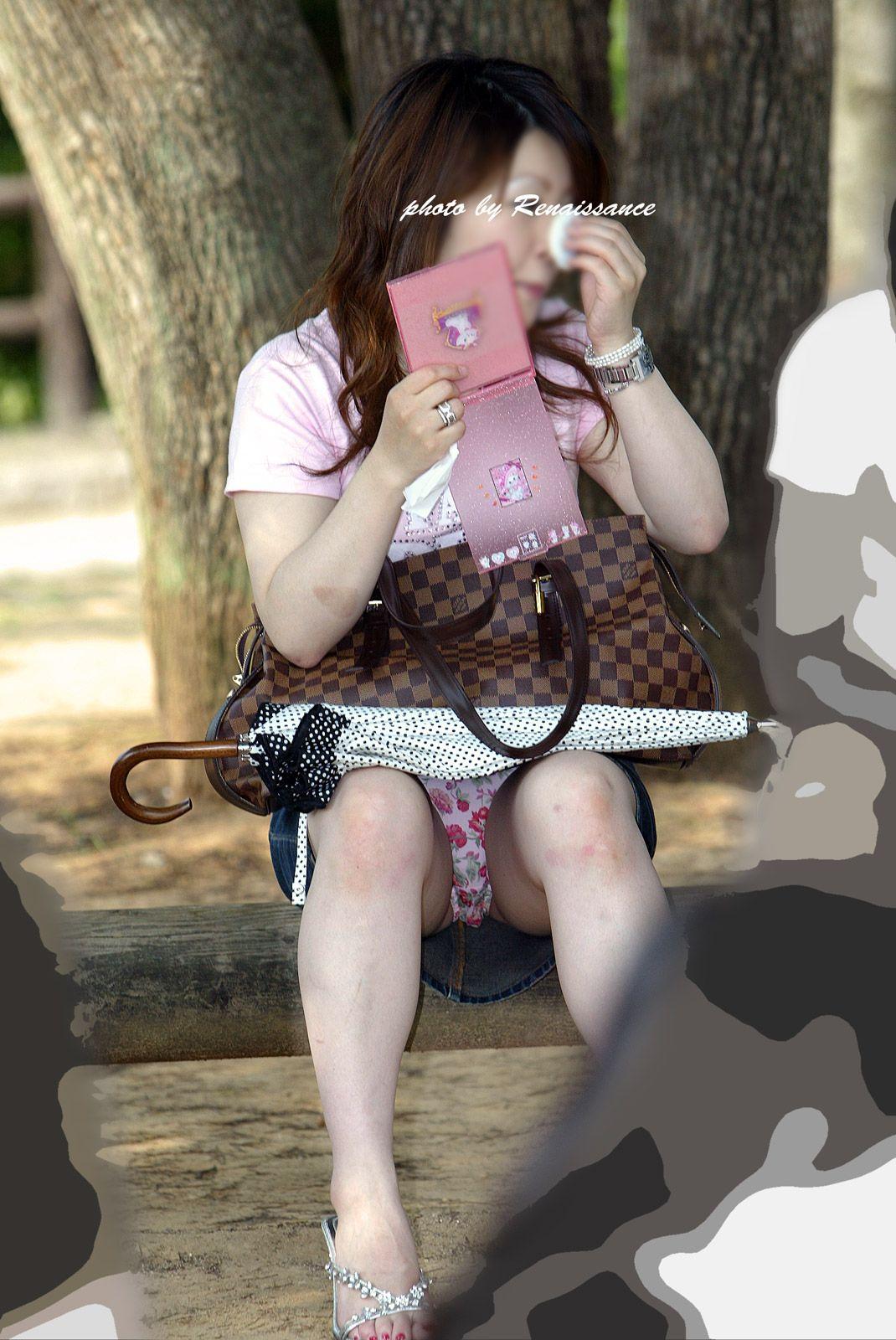 【パンチラエロ画像】短い×腰掛け=見えるって事ですw屋外座りチラ観察www 11