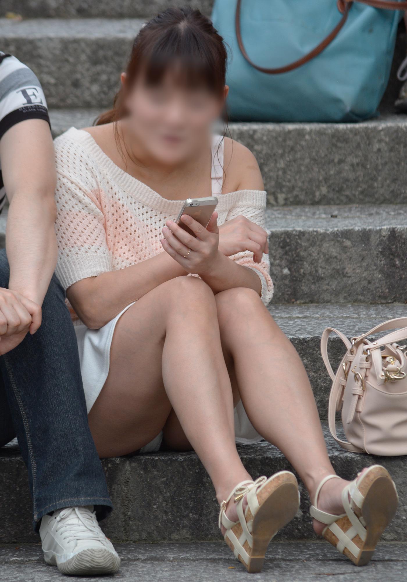 【パンチラエロ画像】短い×腰掛け=見えるって事ですw屋外座りチラ観察www 14