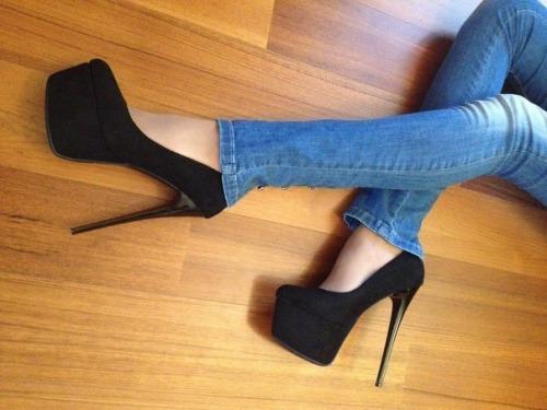 【美脚エロ画像】うわぁ痛そう…踏まれてみたい?美脚を演出する鋭いヒールwww 02