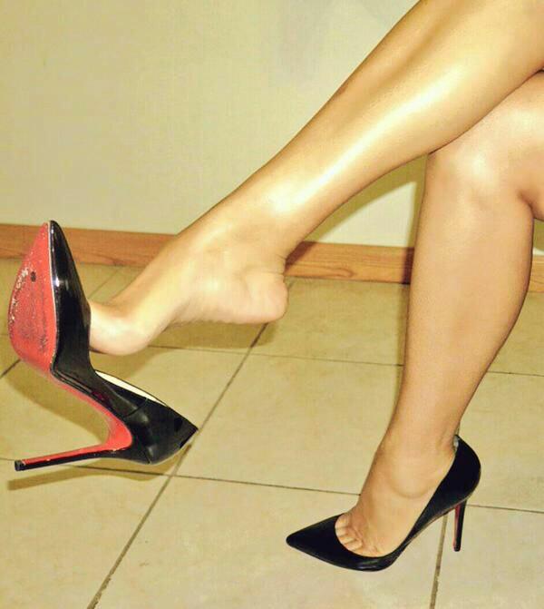 【美脚エロ画像】うわぁ痛そう…踏まれてみたい?美脚を演出する鋭いヒールwww 06