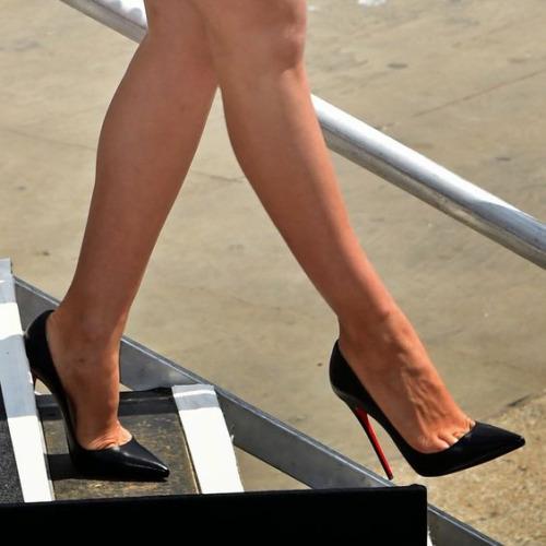 【美脚エロ画像】うわぁ痛そう…踏まれてみたい?美脚を演出する鋭いヒールwww 12