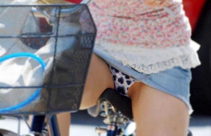 【パンチラエロ画像】すれ違う一瞬を激写!ミニに自転車は抜群の相性www 001
