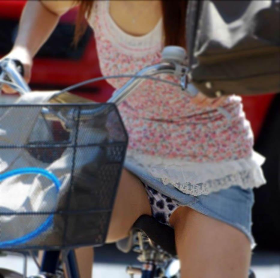 【パンチラエロ画像】すれ違う一瞬を激写!ミニに自転車は抜群の相性www 02