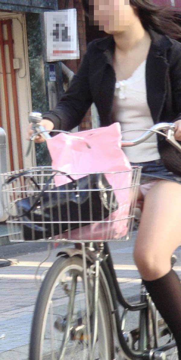 【パンチラエロ画像】すれ違う一瞬を激写!ミニに自転車は抜群の相性www 03