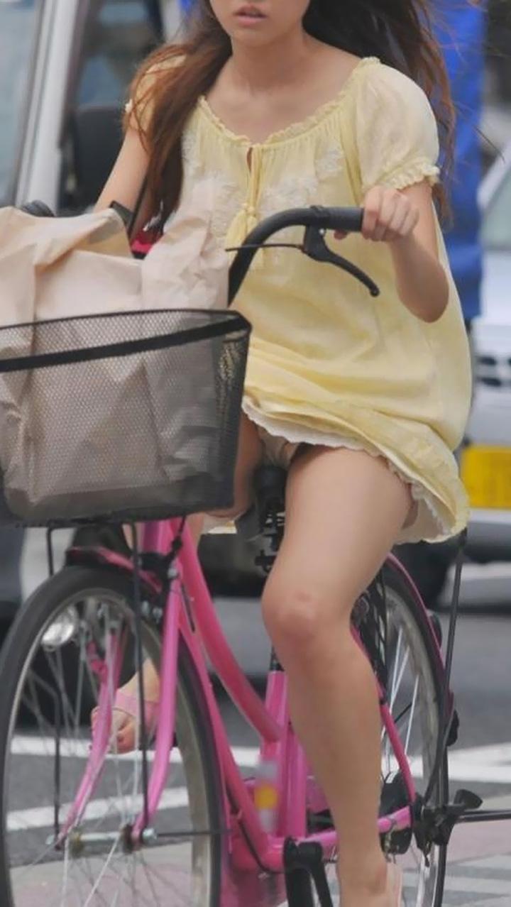 【パンチラエロ画像】すれ違う一瞬を激写!ミニに自転車は抜群の相性www 10