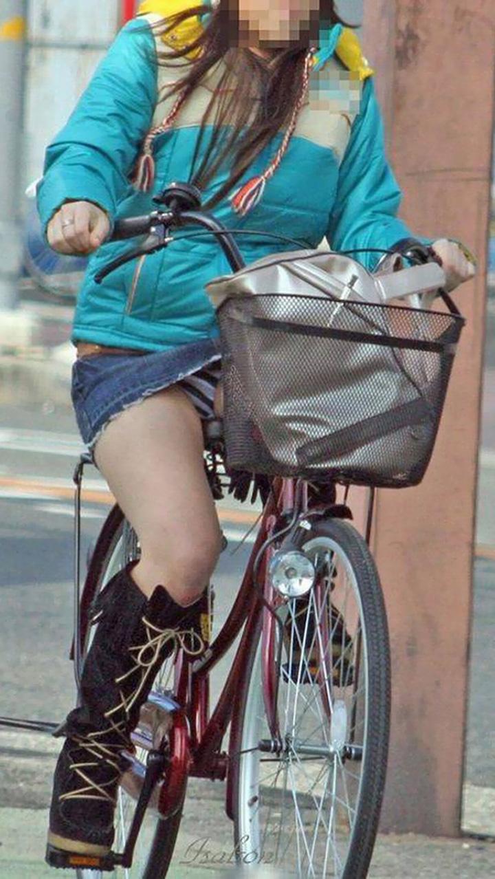 【パンチラエロ画像】すれ違う一瞬を激写!ミニに自転車は抜群の相性www 14
