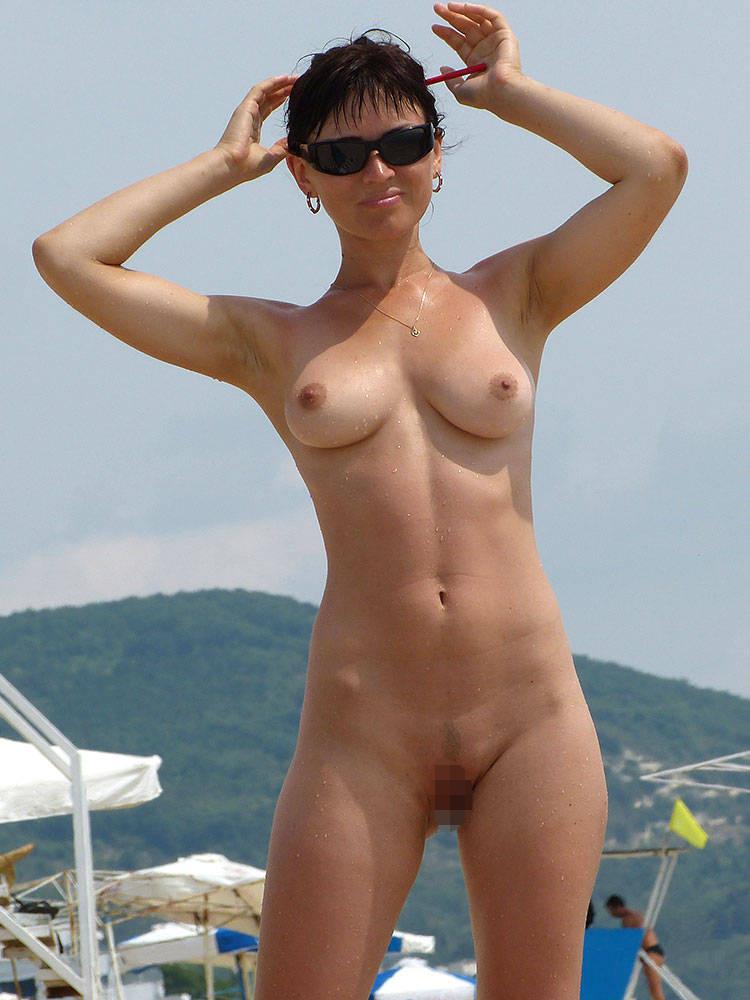 【海外エロ画像】自由って素晴らしい…全裸美女に困らないヌーディストビーチwww 01