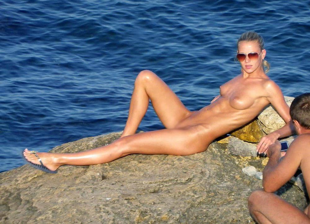【海外エロ画像】自由って素晴らしい…全裸美女に困らないヌーディストビーチwww 03