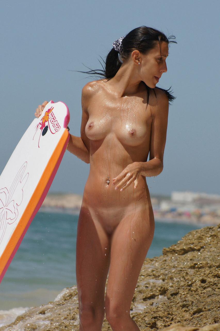 【海外エロ画像】自由って素晴らしい…全裸美女に困らないヌーディストビーチwww 14