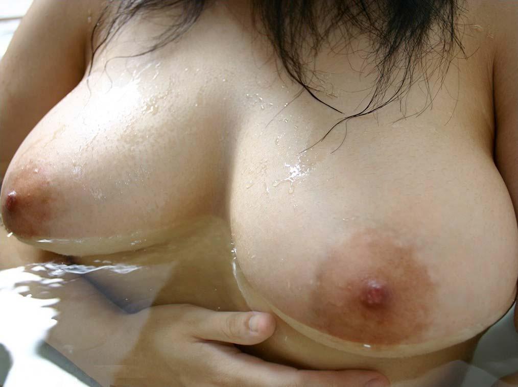 【入浴エロ画像】一緒に入って暖まりたいw湯船におっぱい浮かべるお姉さんwww 07