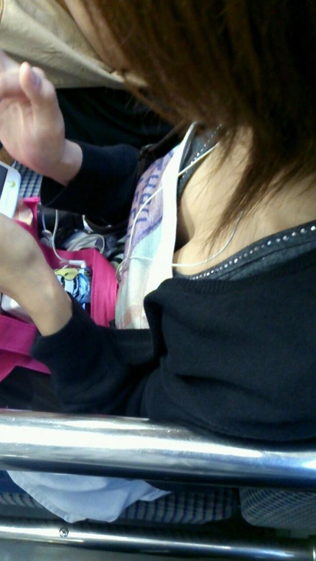 【胸チラエロ画像】立ちっ放しも苦じゃない!電車で見つけた際どい胸元www 04