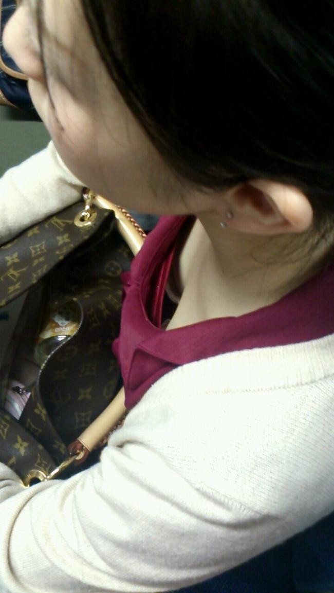 【胸チラエロ画像】立ちっ放しも苦じゃない!電車で見つけた際どい胸元www 06