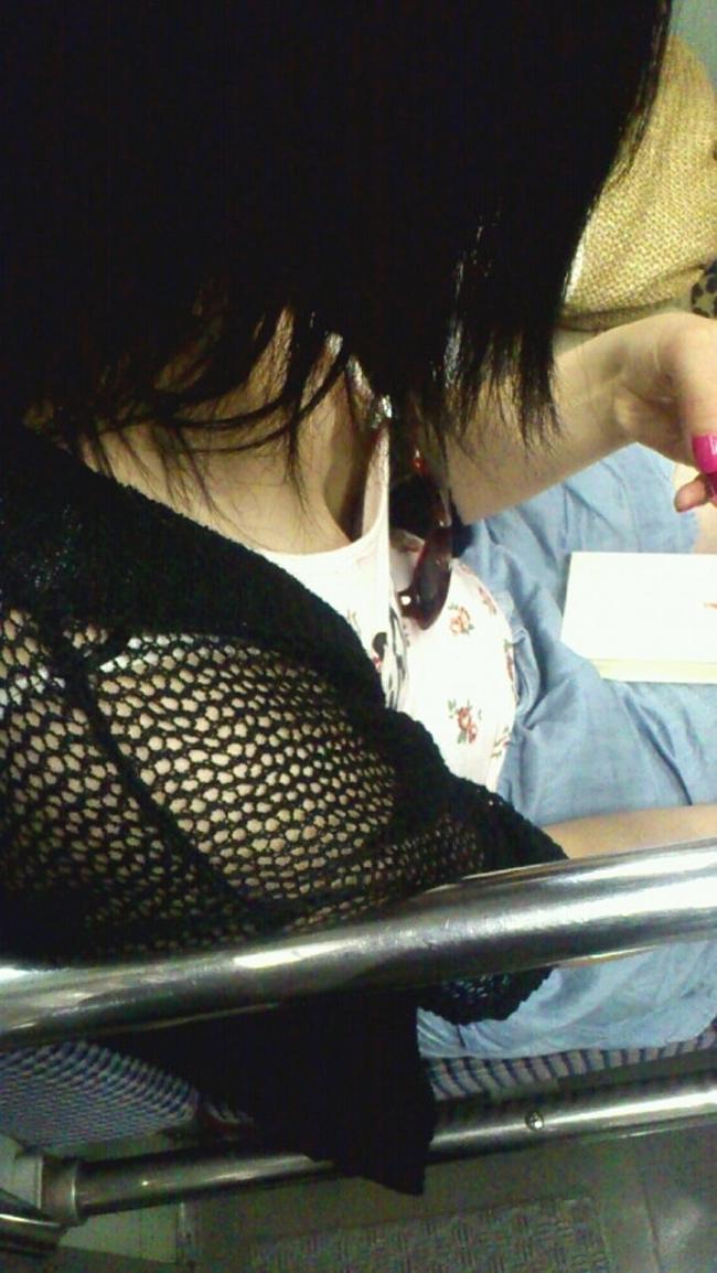 【胸チラエロ画像】立ちっ放しも苦じゃない!電車で見つけた際どい胸元www 14