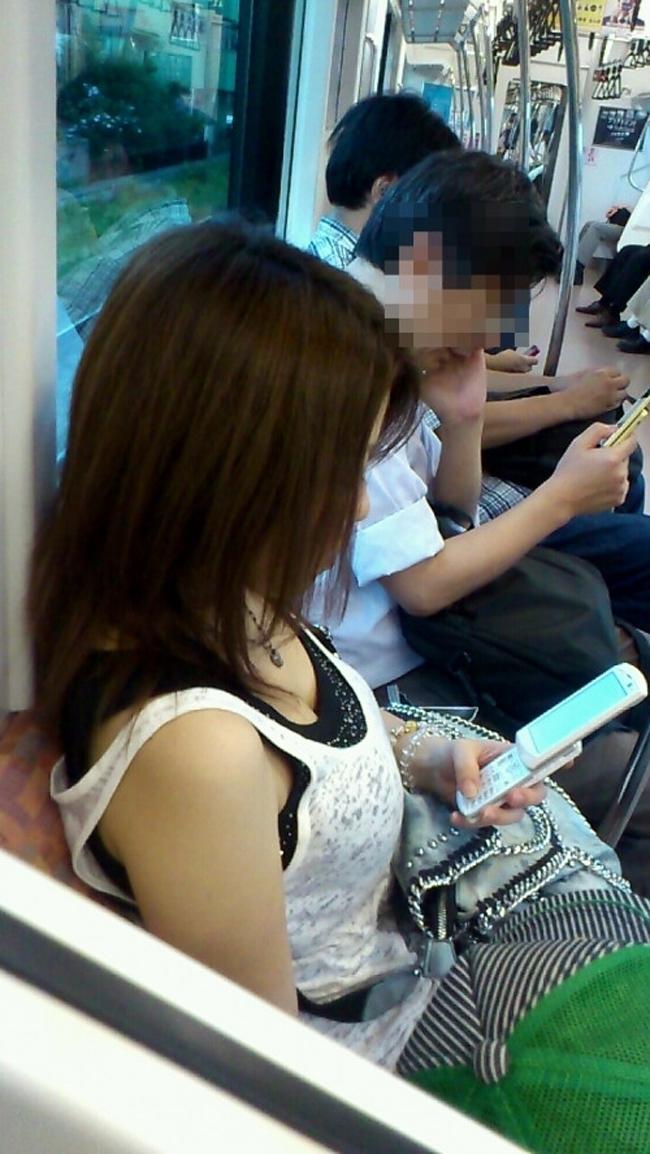 【胸チラエロ画像】立ちっ放しも苦じゃない!電車で見つけた際どい胸元www 15
