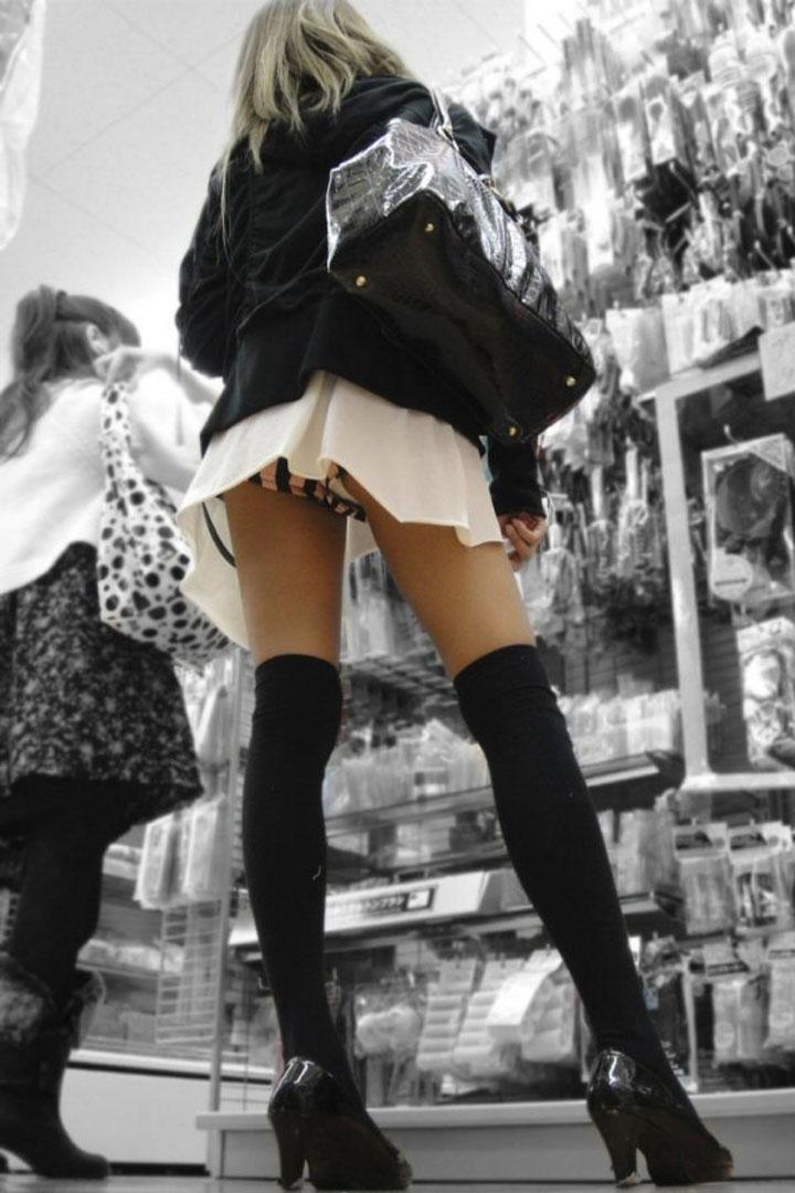 【美脚エロ画像】ボトムとニーソの間の立派なムチムチがそそるニーソ女子www 02