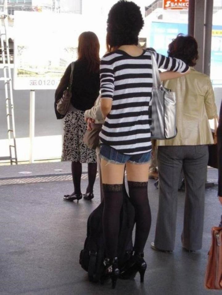 【美脚エロ画像】ボトムとニーソの間の立派なムチムチがそそるニーソ女子www 09