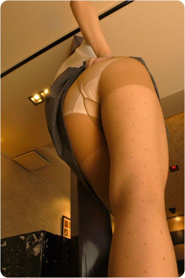【OLエロ画像】1日働き詰めならどんな香りが…雌臭に期待のパンスト美尻www 02