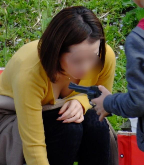 【胸チラエロ画像】我が子優先ですからwその分見え得過ぎるママの胸元www 02