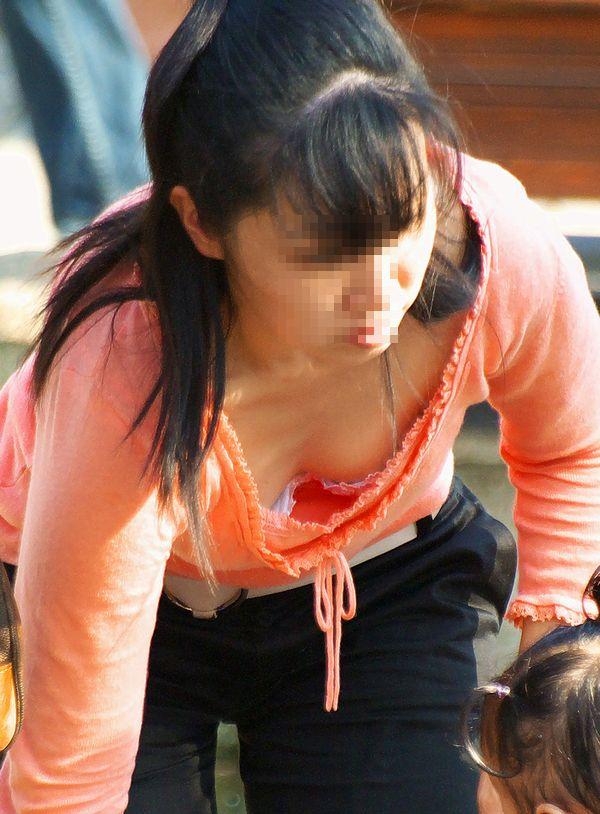 【胸チラエロ画像】我が子優先ですからwその分見え得過ぎるママの胸元www 03