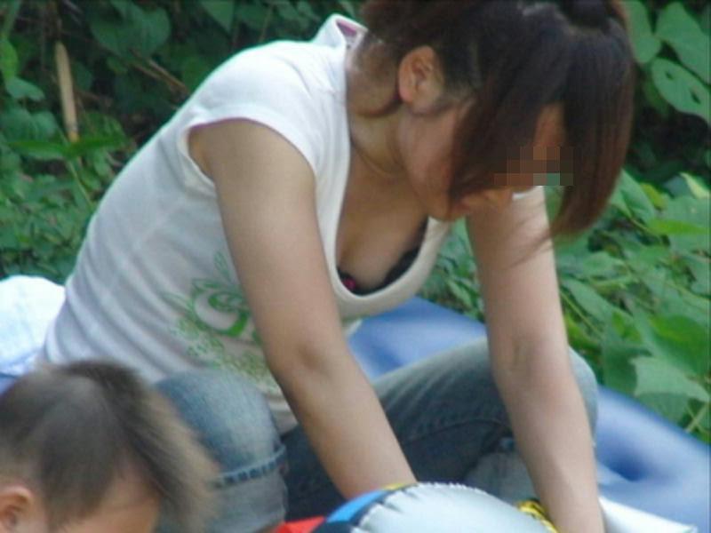 【胸チラエロ画像】我が子優先ですからwその分見え得過ぎるママの胸元www 04