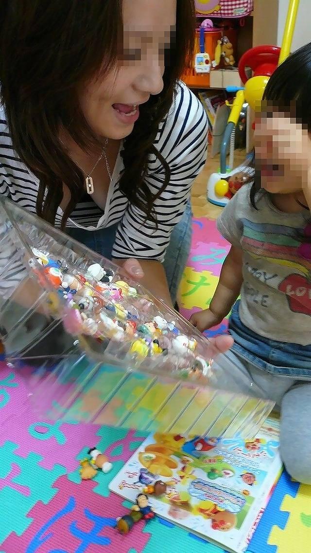 【胸チラエロ画像】我が子優先ですからwその分見え得過ぎるママの胸元www 08