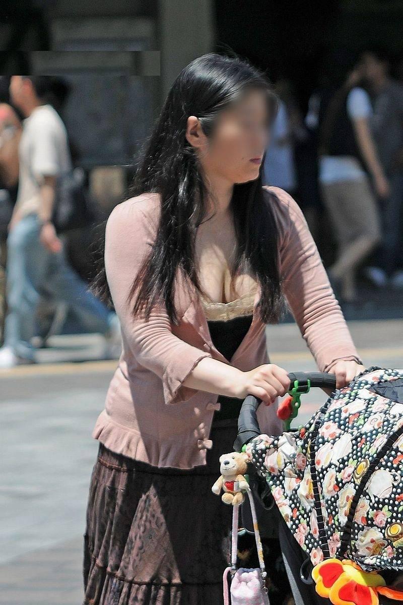 【胸チラエロ画像】我が子優先ですからwその分見え得過ぎるママの胸元www 09