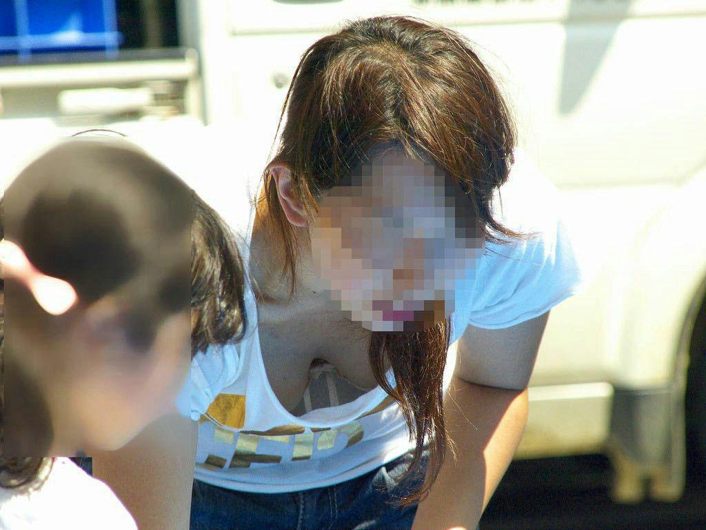 【胸チラエロ画像】我が子優先ですからwその分見え得過ぎるママの胸元www 10