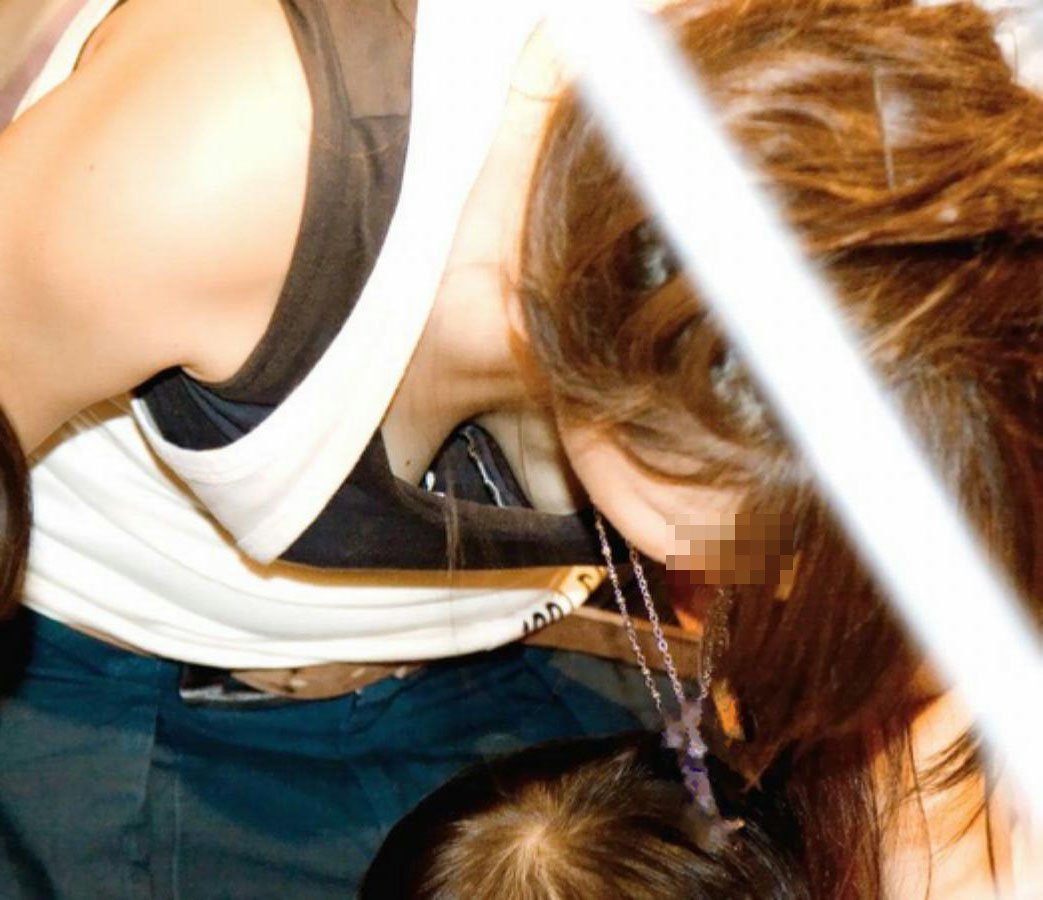 【胸チラエロ画像】我が子優先ですからwその分見え得過ぎるママの胸元www 11