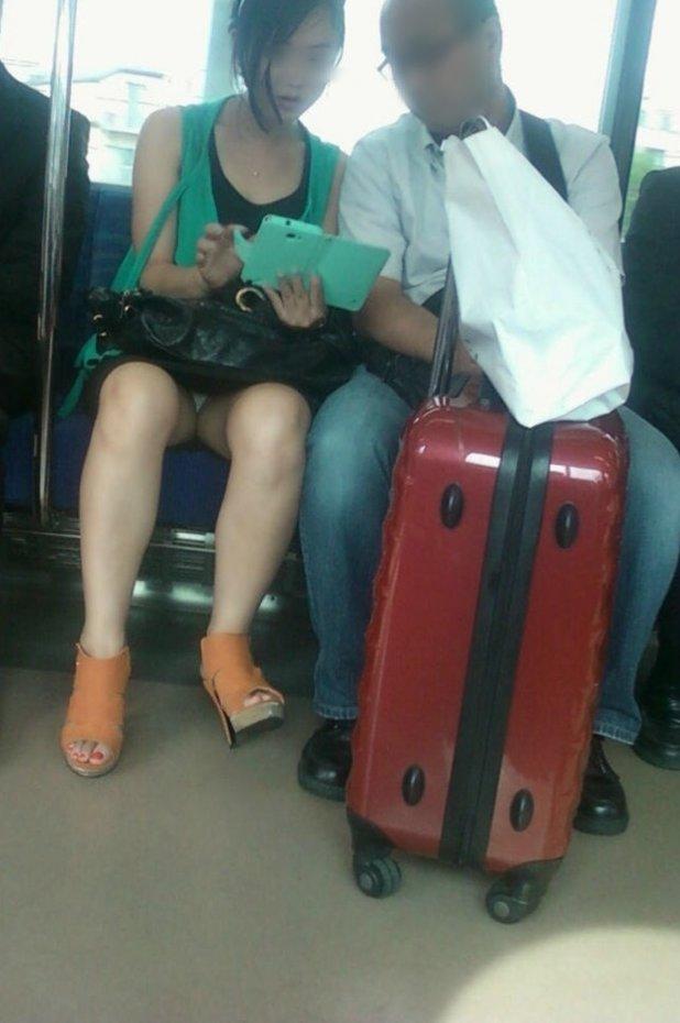 【パンチラエロ画像】満員時は人の隙間を縫ってw電車内対面パンチラwww 01