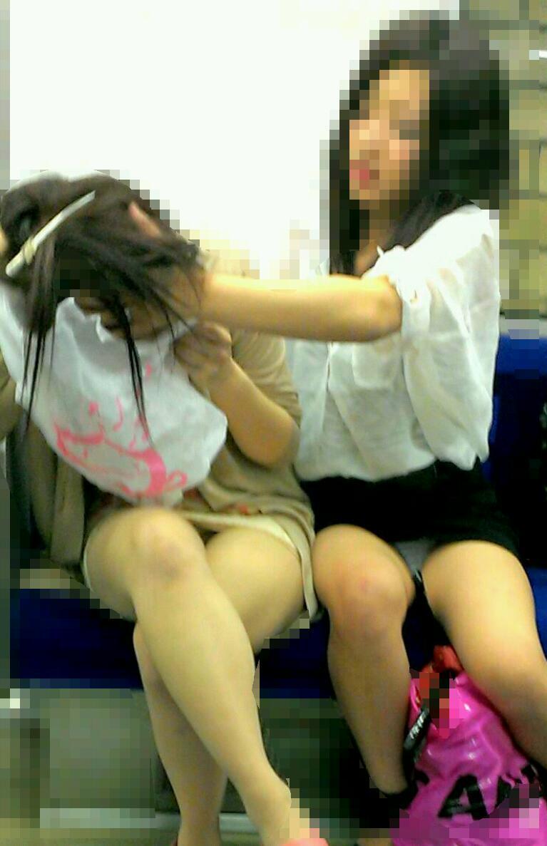 【パンチラエロ画像】満員時は人の隙間を縫ってw電車内対面パンチラwww 03