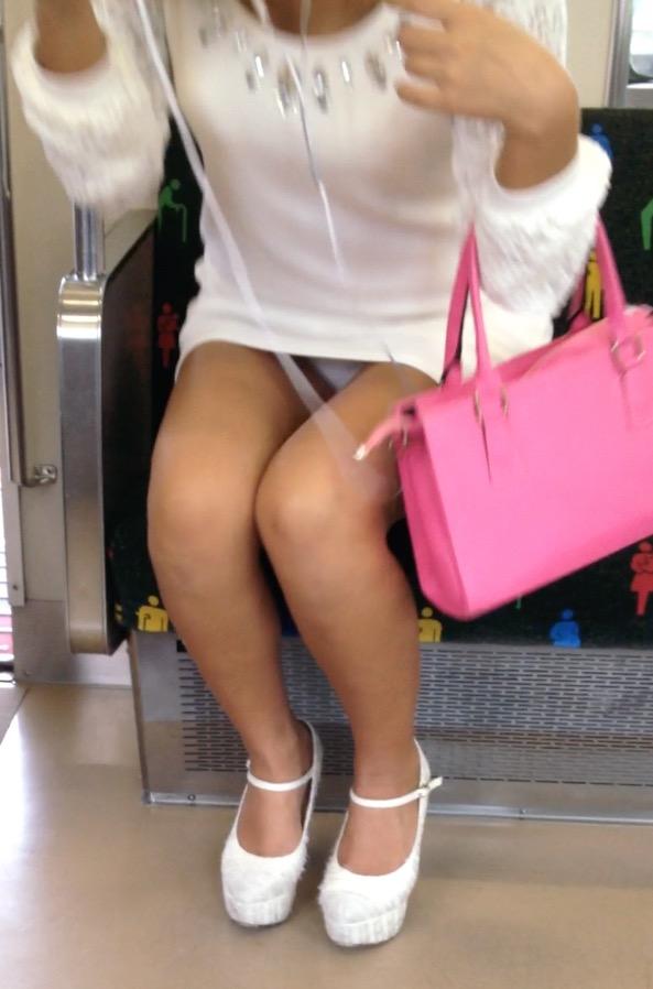 【パンチラエロ画像】満員時は人の隙間を縫ってw電車内対面パンチラwww 06