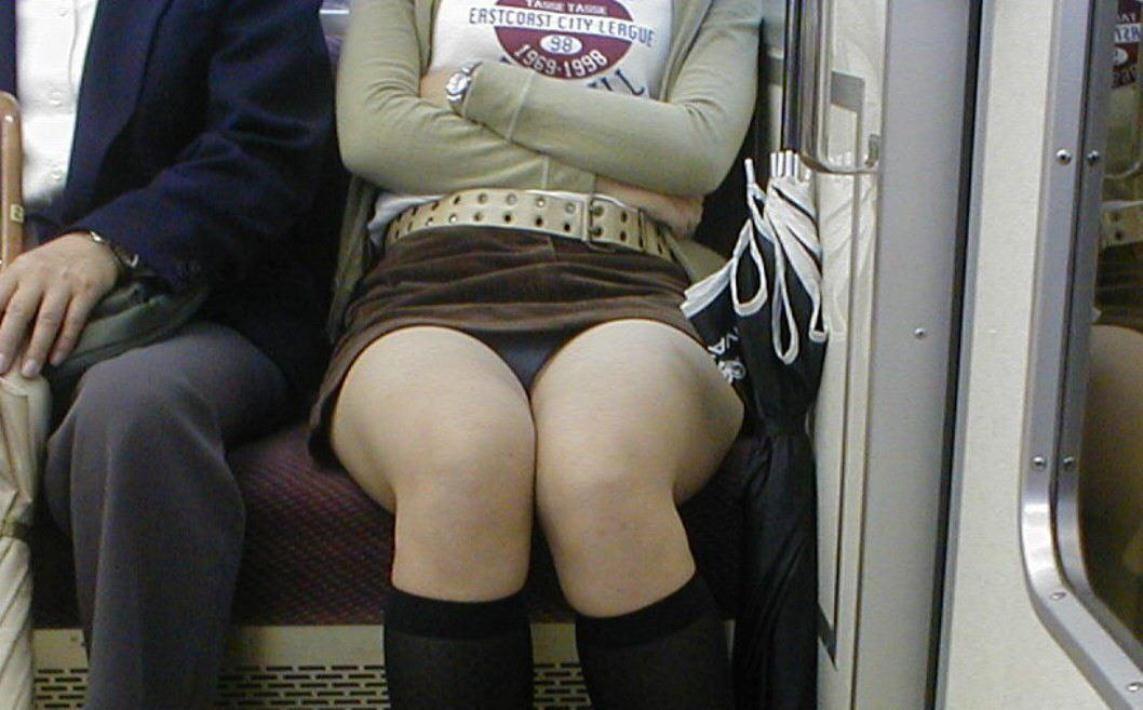 【パンチラエロ画像】満員時は人の隙間を縫ってw電車内対面パンチラwww 08