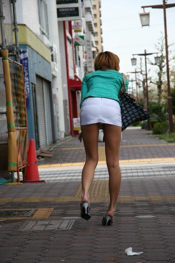 【美脚エロ画像】付け根から先まで全部そそる!街角の絶品ムッチリ美脚撮りwww 06