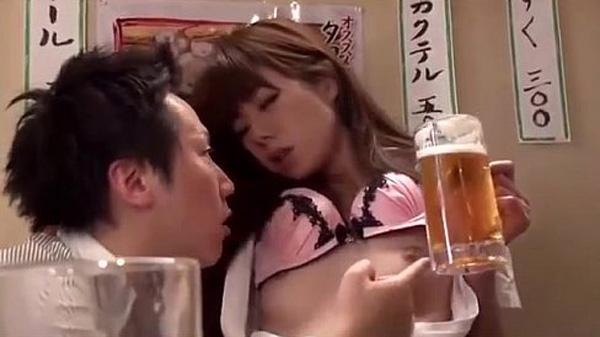 居酒屋で酔ってエロくなったOLが痴女の本性をさらけだす