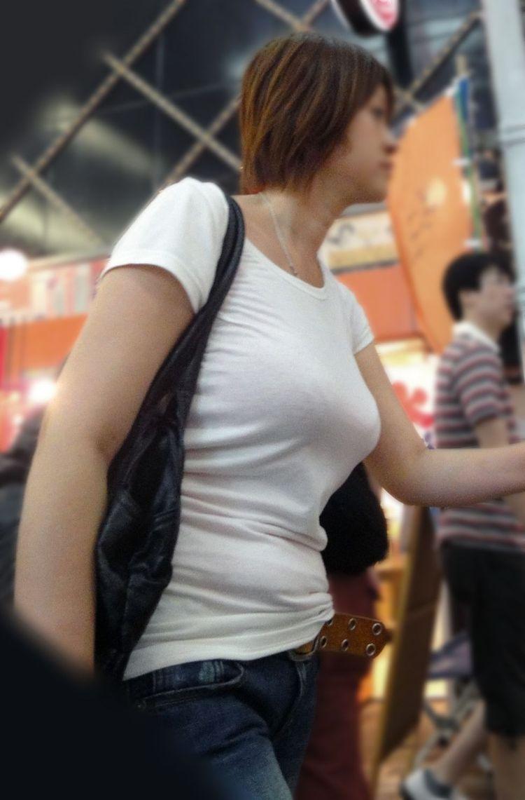 【巨乳エロ画像】放っておけませんその膨らみw注目不可避な着衣おっぱいwww 05