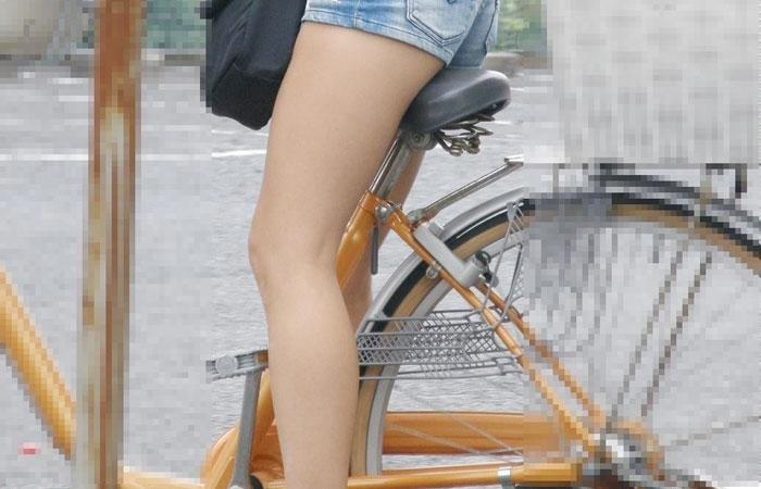 【美脚エロ画像】ペダルを漕ぐ姿が凄くそそる…自転車女子の絶品美脚www 001