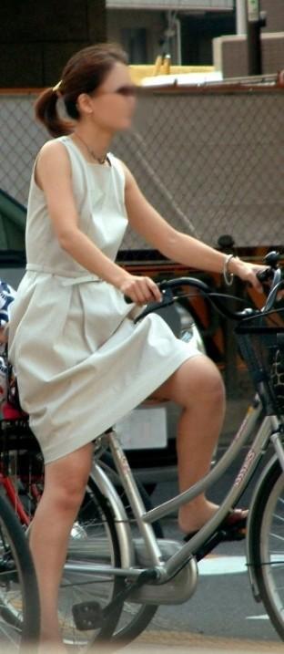 【美脚エロ画像】ペダルを漕ぐ姿が凄くそそる…自転車女子の絶品美脚www 01