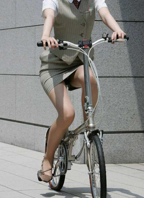 【美脚エロ画像】ペダルを漕ぐ姿が凄くそそる…自転車女子の絶品美脚www 03