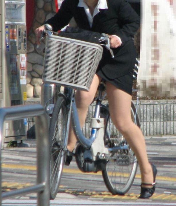 【美脚エロ画像】ペダルを漕ぐ姿が凄くそそる…自転車女子の絶品美脚www 04