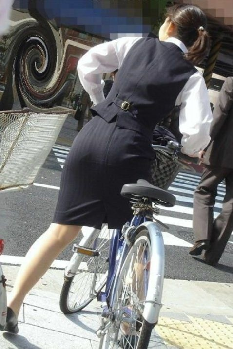 【美脚エロ画像】ペダルを漕ぐ姿が凄くそそる…自転車女子の絶品美脚www 05