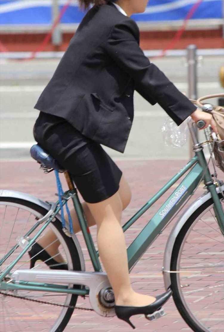 【美脚エロ画像】ペダルを漕ぐ姿が凄くそそる…自転車女子の絶品美脚www 06