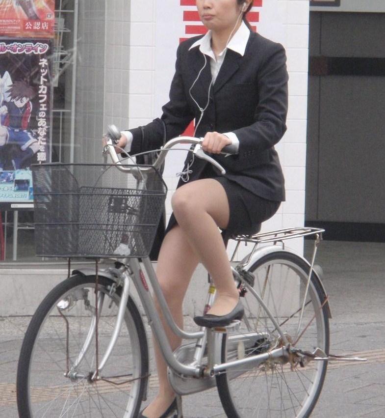 【美脚エロ画像】ペダルを漕ぐ姿が凄くそそる…自転車女子の絶品美脚www 08