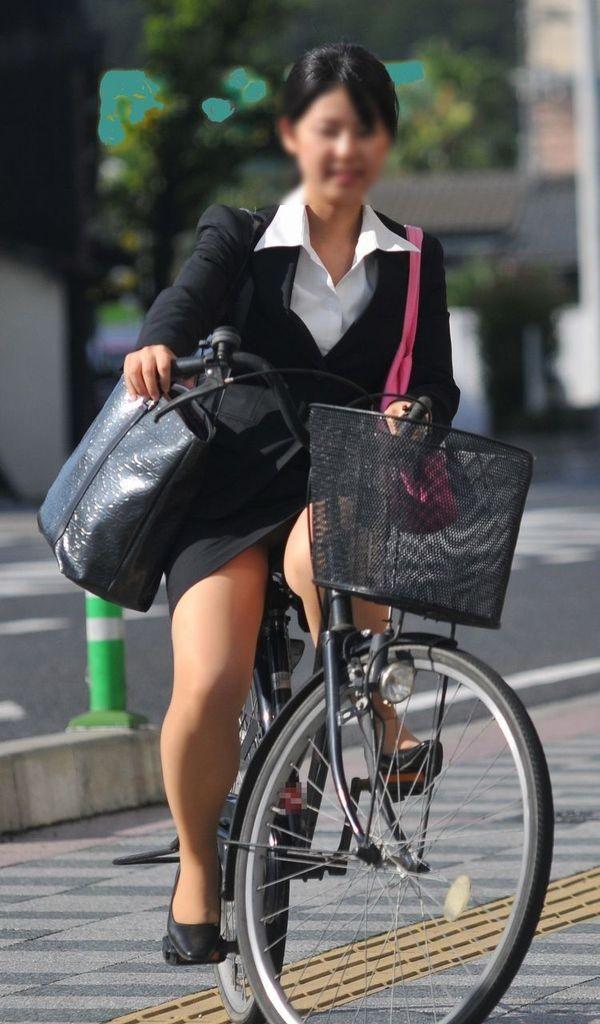 【美脚エロ画像】ペダルを漕ぐ姿が凄くそそる…自転車女子の絶品美脚www 09