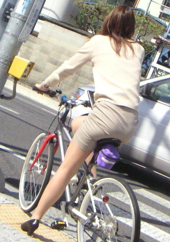 【美脚エロ画像】ペダルを漕ぐ姿が凄くそそる…自転車女子の絶品美脚www 13